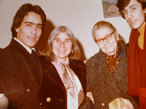 1980.Με την συγγραφέα Ιωάννα Καρατζαφέρη, την συγγραφέα Ελλη Αλεξίου και τον ποιητή Αντώνη Φωστιέρη